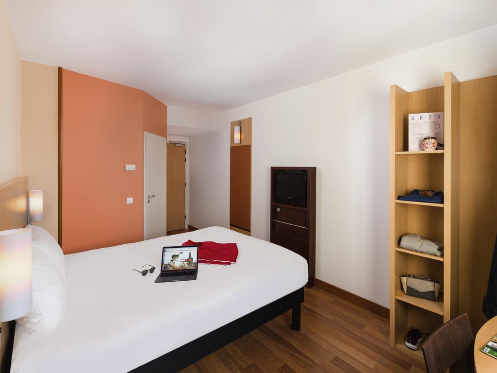 Ibis Hotel Pilzen kényelmes, modern berendezésű szobája